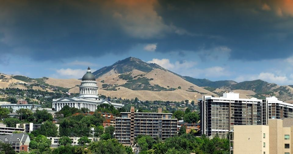 The Salt Lake City caitol building sits in front of the wastch Mountain range.