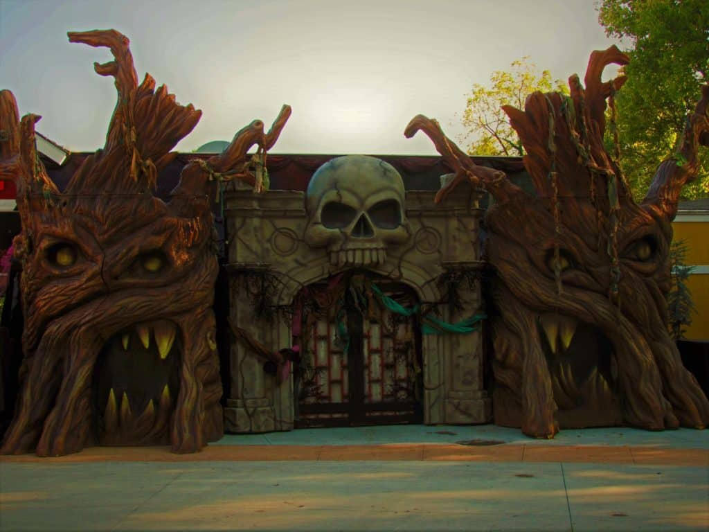 The entrance to the Overlord's domain is an obvious gathering point for crowds.